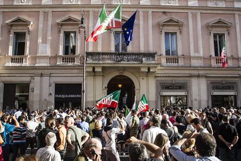 Sostenitori di Silvio Berlusconi durante l'inaugurazione della nuova sede di Forza Italia in piazza San Lorenzo in Lucina. Roma 19 settembre 2013 ANSA/ANGELO CARCONI