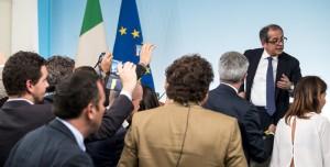 Tria accompagnato fuori dalla portavoce di Salvini